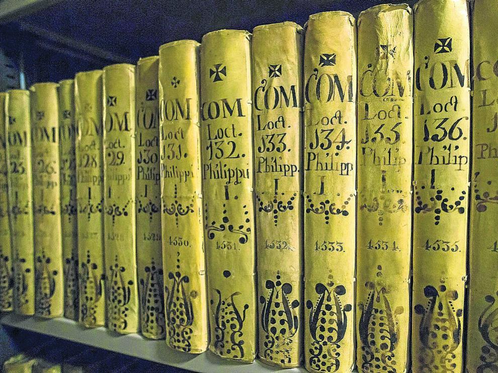 Estantería del Archivo de la Corona de Aragón con registros de la Real Cancillería.