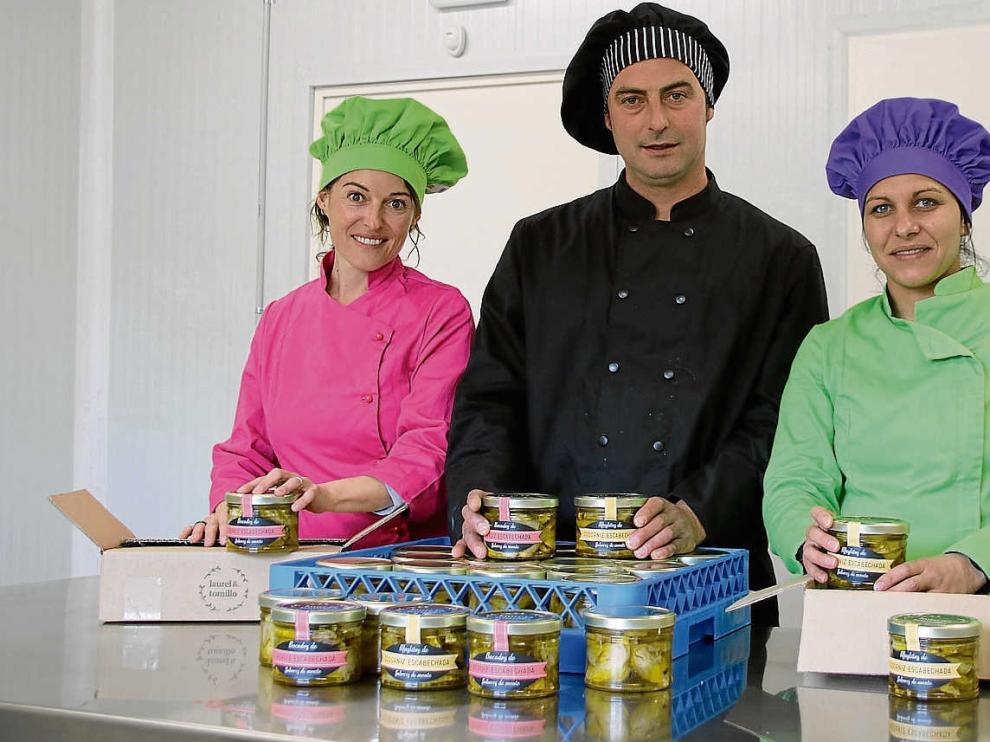 Susana, Ángel y Andrea, en el obrador de su empresa.