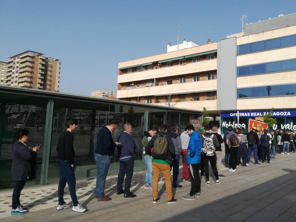 Los aficionados zaragocistas, esta mañana aguardando para comprar las entradas.