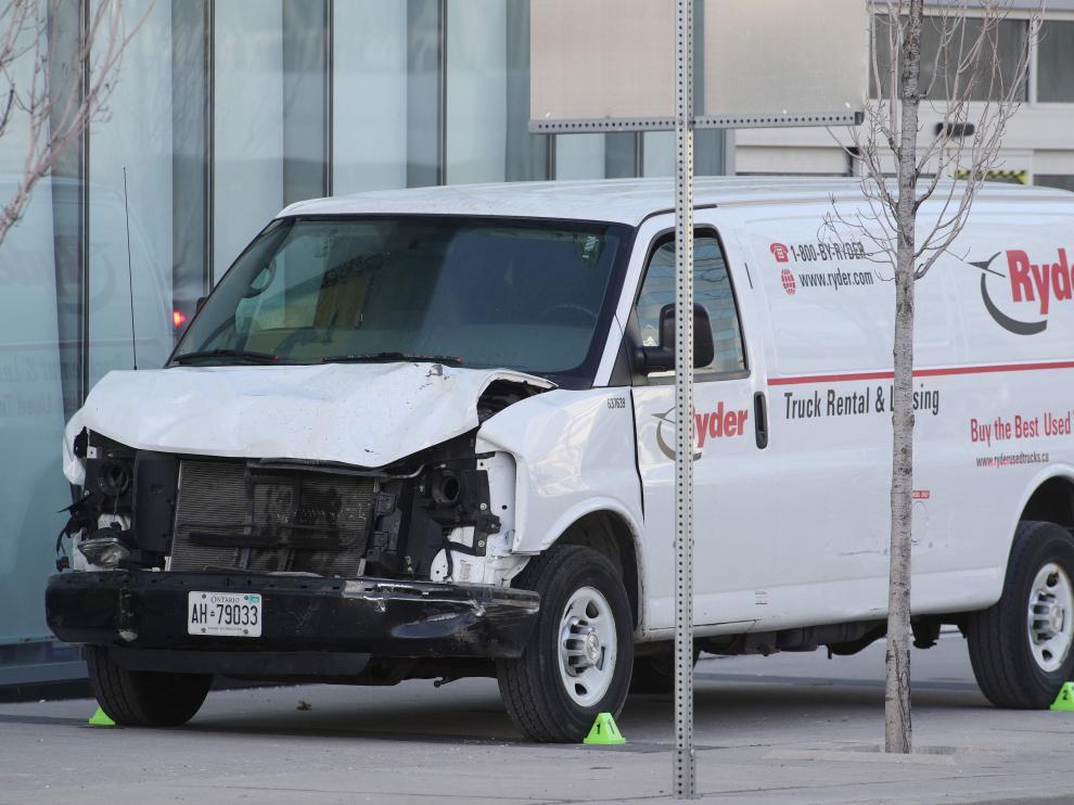Estado en el que quedó la furgoneta con la que fueron arrollados decenas de peatones.