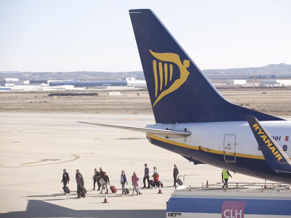 Un avión de Ryanair, estacionado en la plataforma del aeropuerto de Zaragoza.