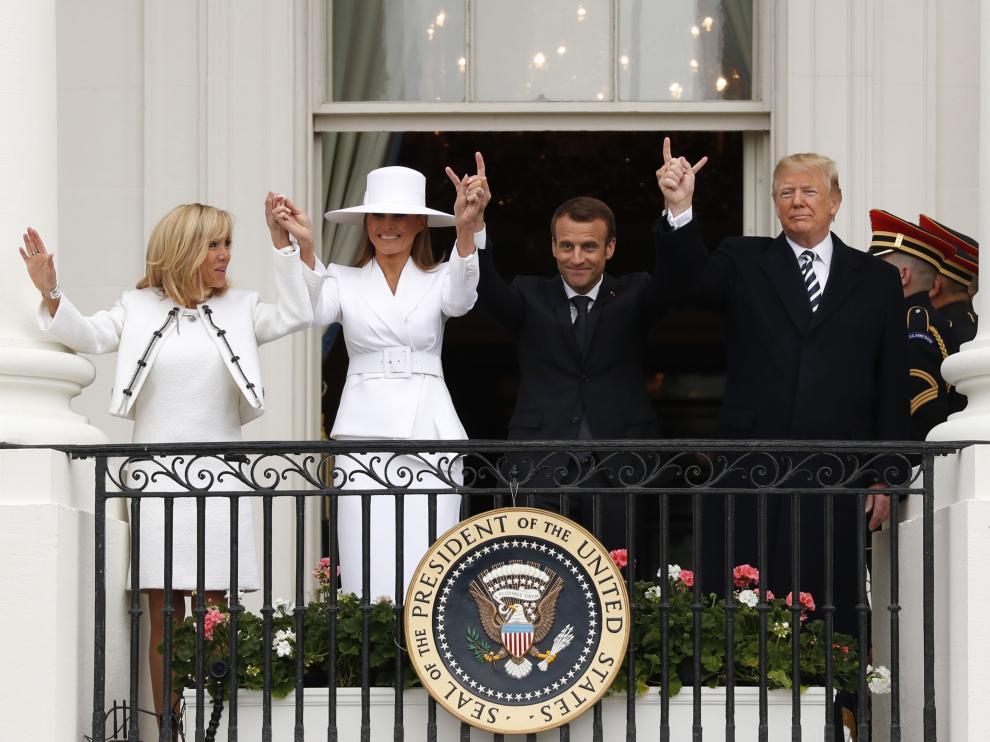 Trump, junto a la primera dama, Melania, al presidente francés y a su esposa, Brigitte.