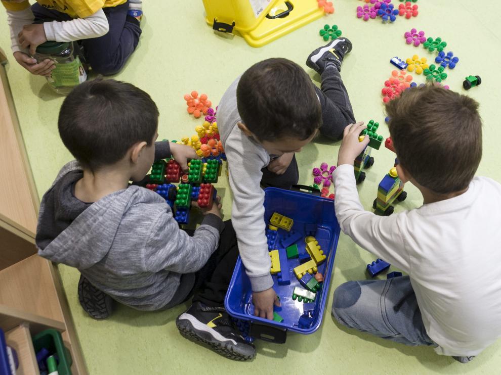 Niños de infantil en el colegio Valdespartera III de Zaragoza, estrenado tras las vacaciones de Semana Santa