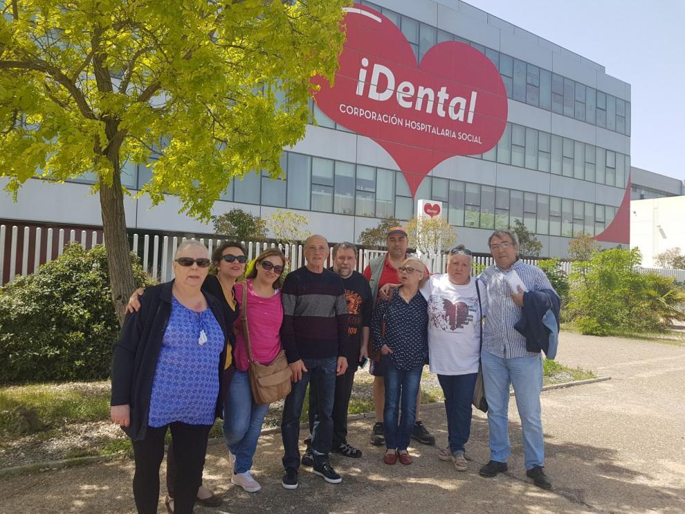 Afectados de iDental, concentrados este miércoles ante la clínica de Zaragoza para celebrar su cierre y pedir soluciones para sus pacientes.