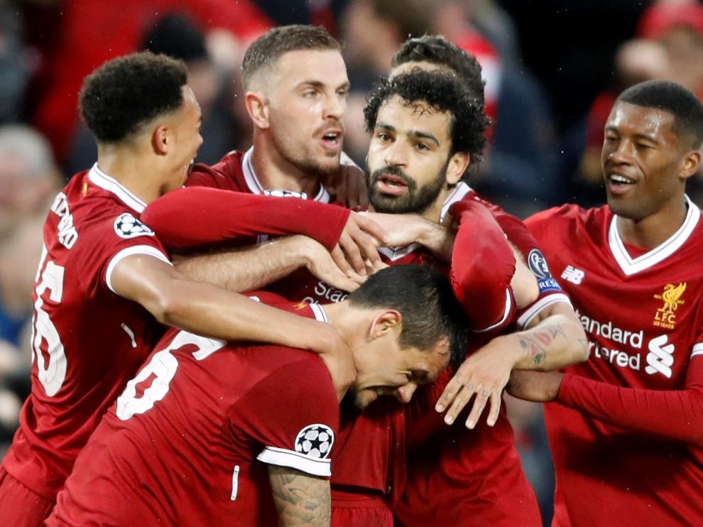 Salah celebra el primer gol del Liverpool con sus compañeros.