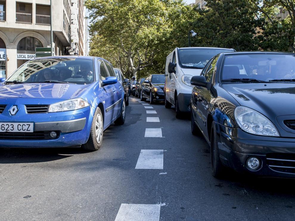 Vehículos circulando por el paseo de Pamplona.