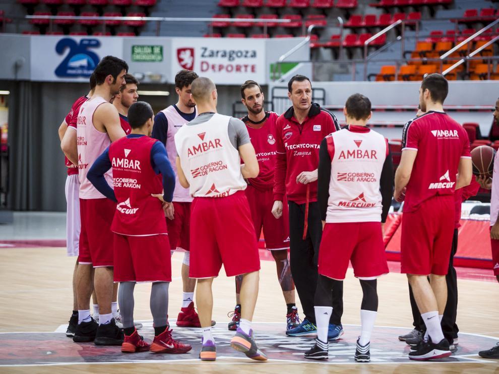 Pep Cargol, entrenador del Tecnyconta Zaragoza, se dirige a sus jugadores durante una sesión preparatoria.