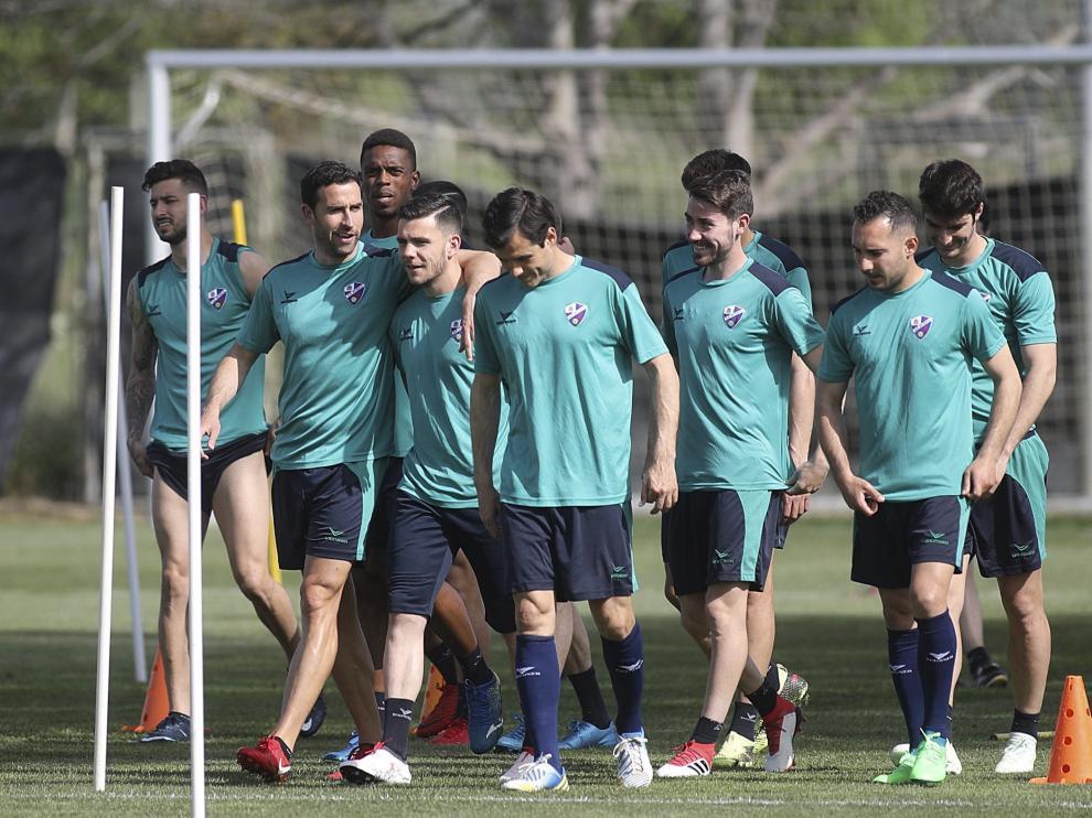Futbolistas del Huesca ayer en la sesión vespertina en el instituto Montearagón –con Ferreiro en primer término a la derecha–.