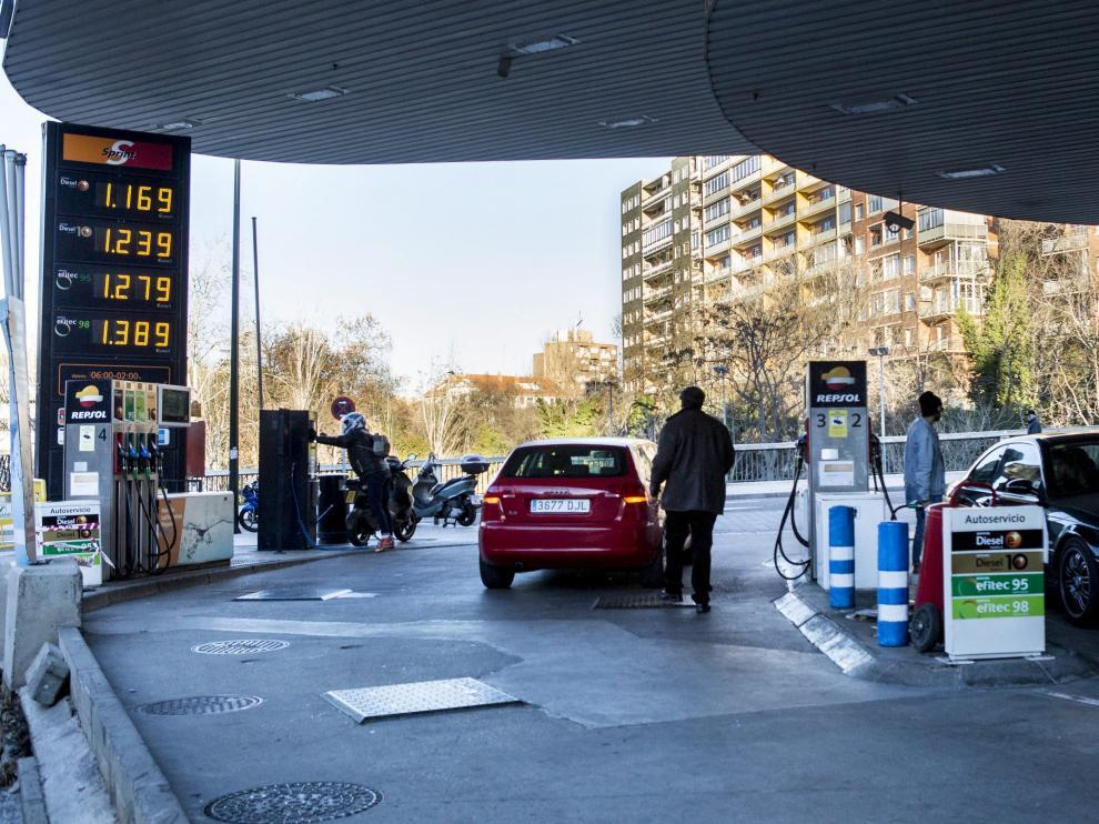 Imagen de archivo de una gasolinera zaragozana.