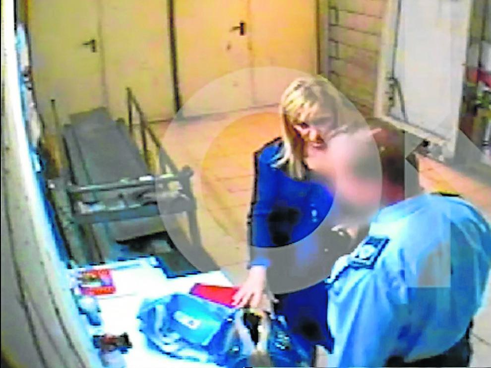 Fotograma de Cifuentes con el vigilante de seguridad en el hipermercado de Eroski.