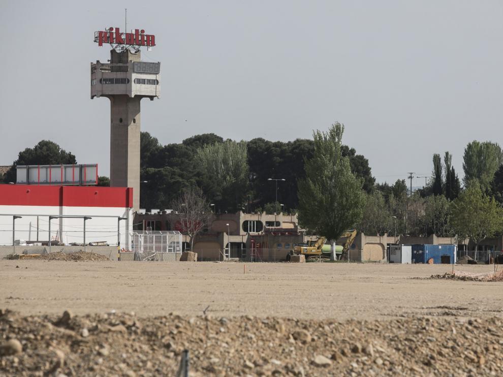 Vista tomada este miércoles de los terrenos en que se ubicará el complejo comercial Torre Village.