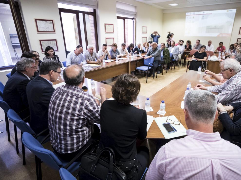 Unos 40 alcaldes de la ribera se reunieron ayer con el Gobierno de Aragón y la CHE.