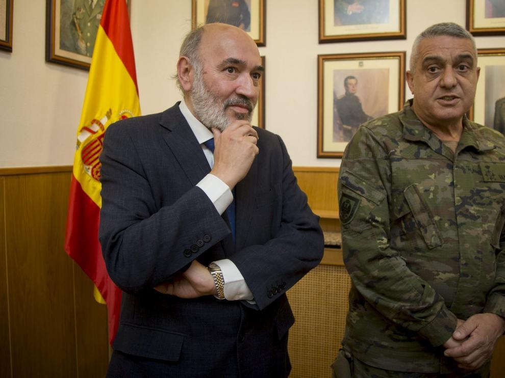 El alcalde de Calatayud, José Manuel Aranda, y el JEME, Francisco Javier Varela este miércoles.
