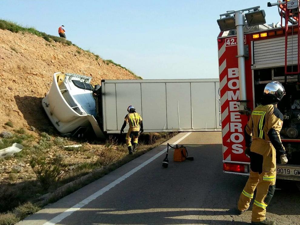 El vehículo ha quedado atravesado en la calzada tras volcar.