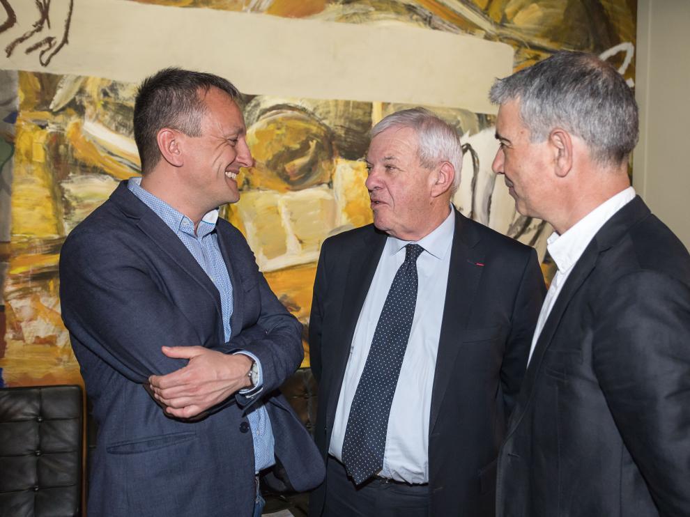 De izquierda a derecha, el concejal de Economía, Fernando Rivarés, el vicealcalde de Pau, Jean Paul Brin, y el secretario general de la Consejería de Vertebración, Juan Martín.