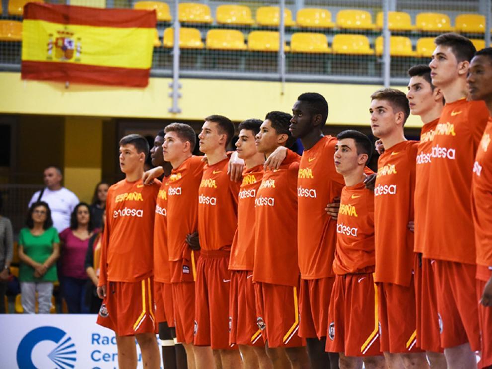 La selección española U16 masculina escuha el himno español en un de los partidos del Europeo.