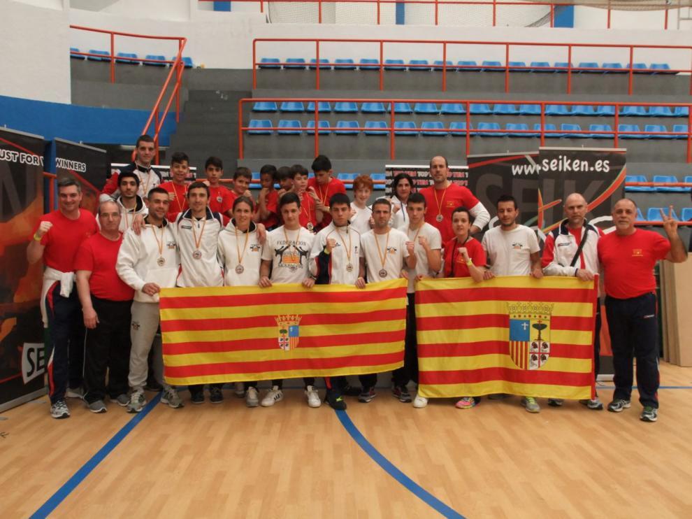 La seleccion aragonesa posa con las medallas conseguidas en el Campeonato de España de Kickboxing