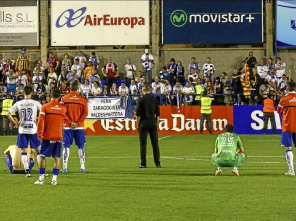 A la izquierda, los jugadores del Real Zaragoza tras la catástrofe del 6-2 de Palamós ante el Llagostera hace dos años. A la derecha, la euforia tras la remontada histórica en Gerona en la promoción de 2015. Dos de los raros episodios vividos en Cataluña en el último lustro.