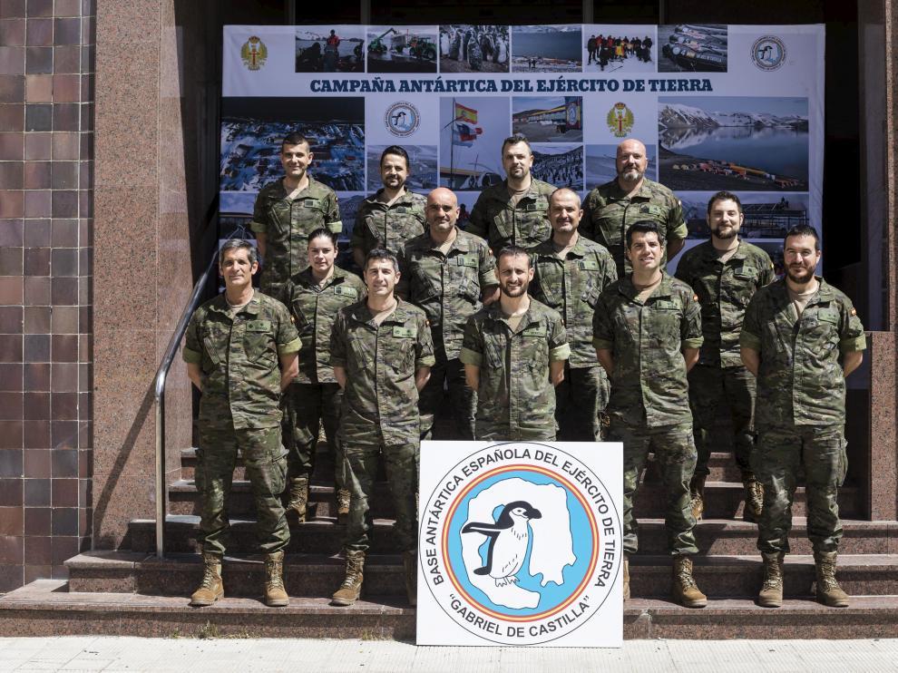 Los trece militares integrantes de la campaña de la Antártida, ayer en el cuartel de San Fernando.