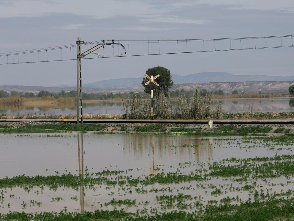 La punta de la crecida del Ebro a su paso por Quinto.