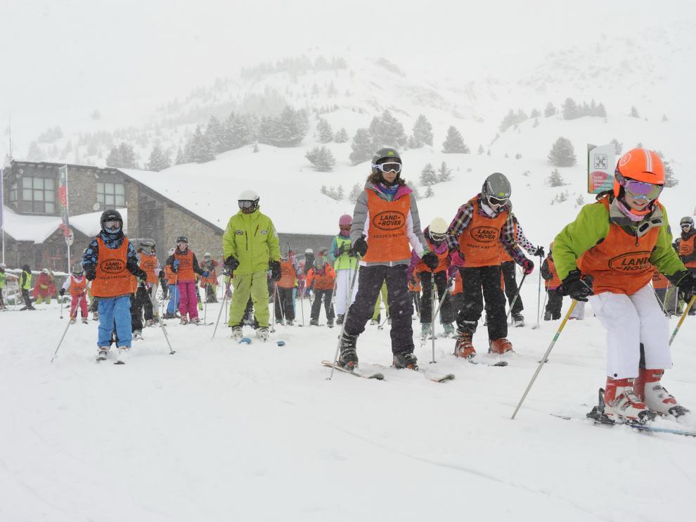 Último grupo, con escolares de 5º y 6º de Primaria de colegios de Barbastro y el  CRA Estadilla-Fonz, en la estación de Cerler.