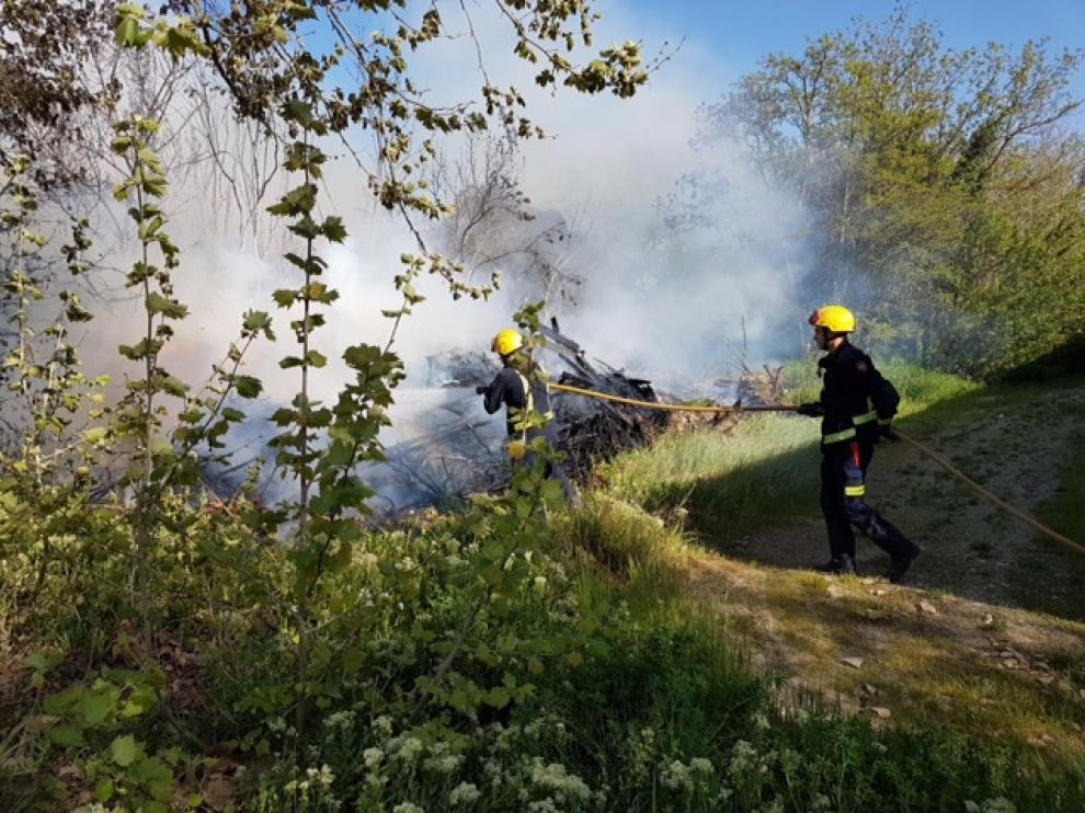 Los bomberos se emplearon a fondo para evitar que saltase a los edificios