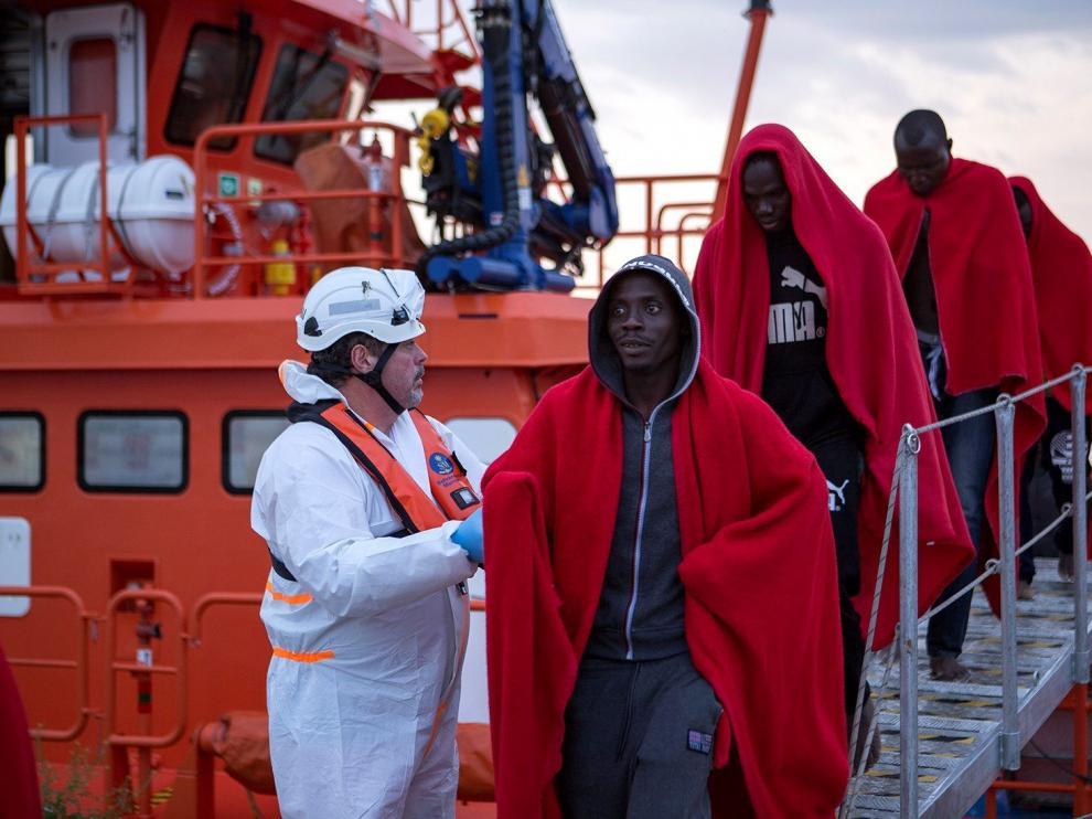 Llegan al puerto de Motril los 38 inmigrantes de una patera rescatada por Salvamento Marítimo cerca de la isla de Alborán