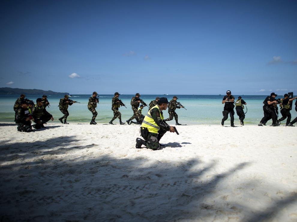 La playa de Boracay en una foto de archivo con un dispositivo de seguridad con cientos de uniformados para evitar un incidente en la isla.