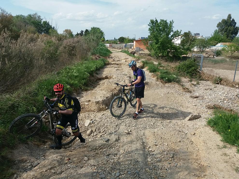El camino natural de La Alfranca, intransitable en algunos tramos por la crecida del Ebro