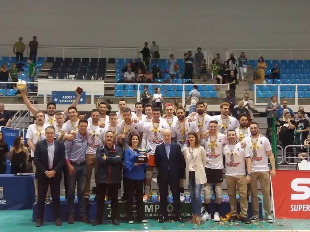 Los jugadores del CV Teruel con sus medallas y su copa tras la victoria en Almería.