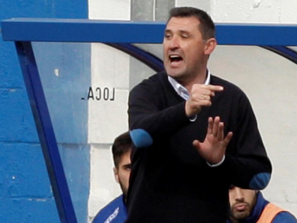 Emilio Larraz dirige a sus jugadores en el partido contra el Badalona