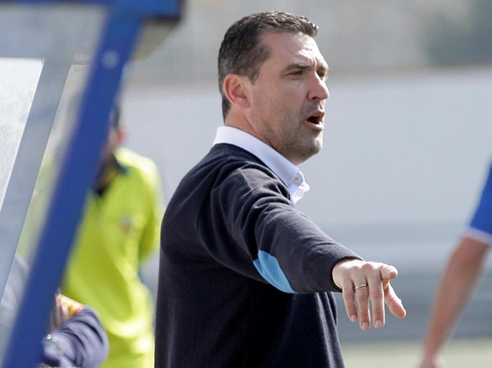 Emilio Larraz da una indicación en el encuentro entre el CD Ebro y el L'Hospitalet