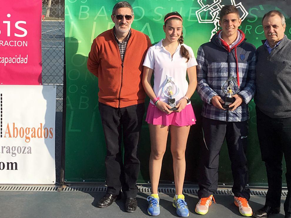 Alberto Colás y Marta Falceto, nuevos campeones de Aragón de tenis en categoría júnior,  acompañados del presidente y del Delegado de Deportes del EM El Olivar