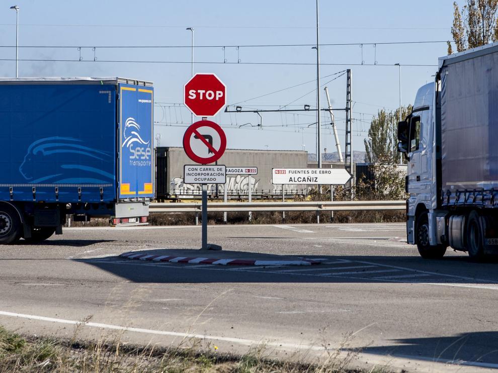 Tráfico pesado en la N-232, a la altura de El Burgo de Ebro.