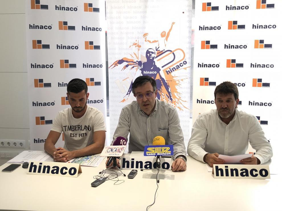 Eloy Mur, director técnico del club, el presidente José Antonio Andreu, y Jesús Hidalgo, de Hinaco, en el acto de presentación.