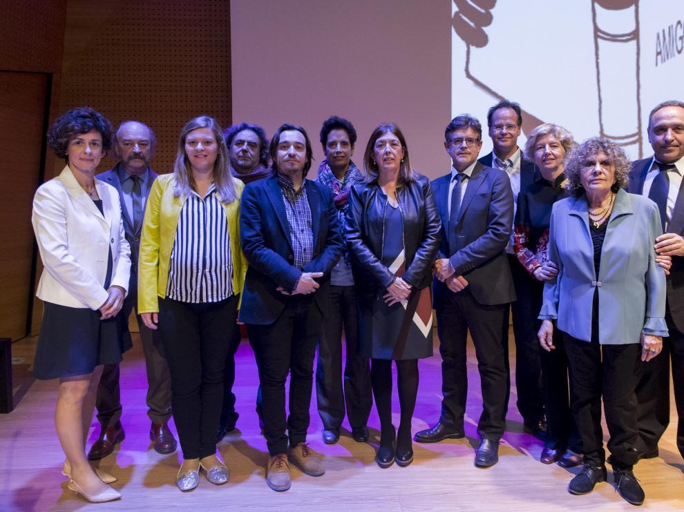 Los galardonados en los XXVI Premios Búho, junto a las autoridades y los organizadores, en el auditorio de Caixaforum.