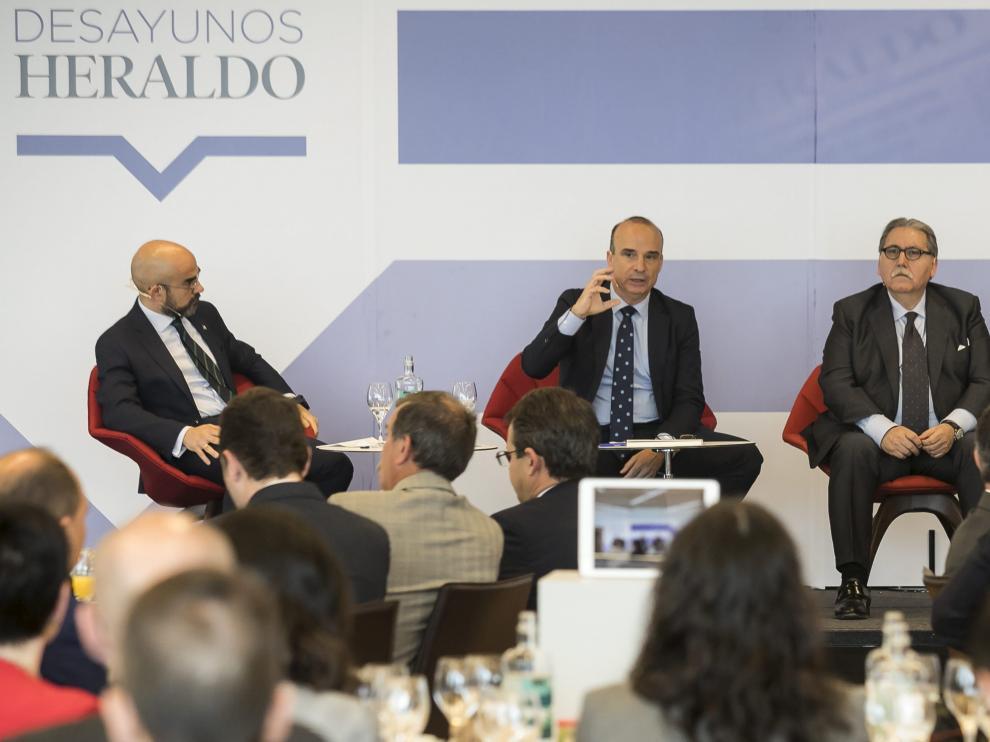 Javier Cendoya se dirige al público. Con él, Carlos Núñez y Manuel Teruel.