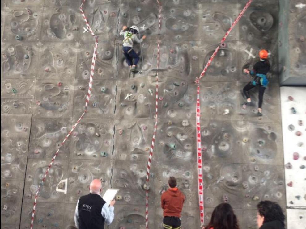 Pequeños escaladores compitiendo en una ruta equipada.