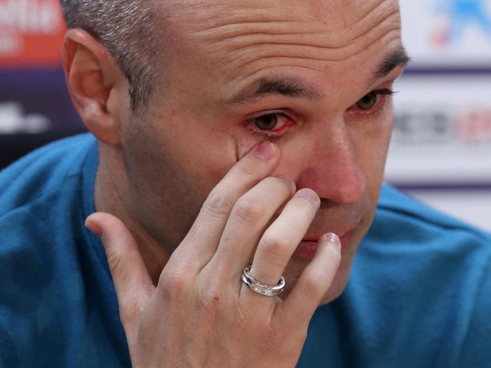 Iniesta anuncia entre lágrimas que deja el Barça después de 22 años