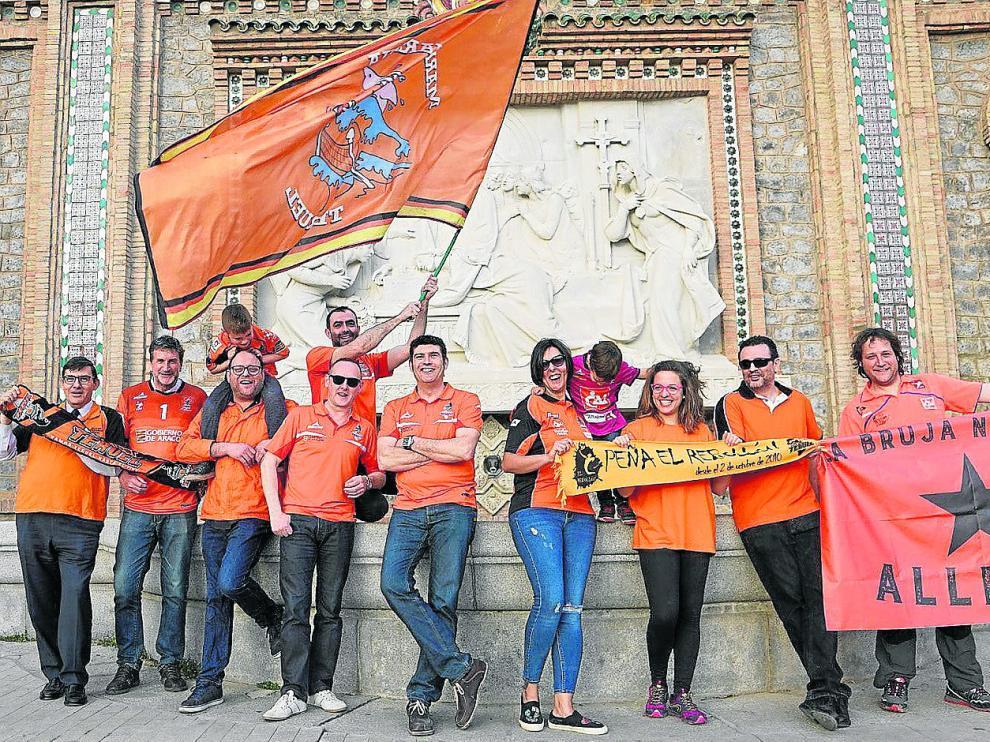 Representantes de las peñas naranjas posan en La Escalinata ilusionados con ganar el triplete en la cancha del eterno rival, el Unicaja.