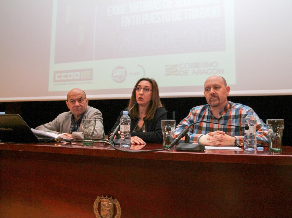 La directora general de Trabajo, Soledad de la Puente, entre Daniel Alastuey, secretario general de UGT y Manuel Pina, secretario general de CC. OO. Aragón