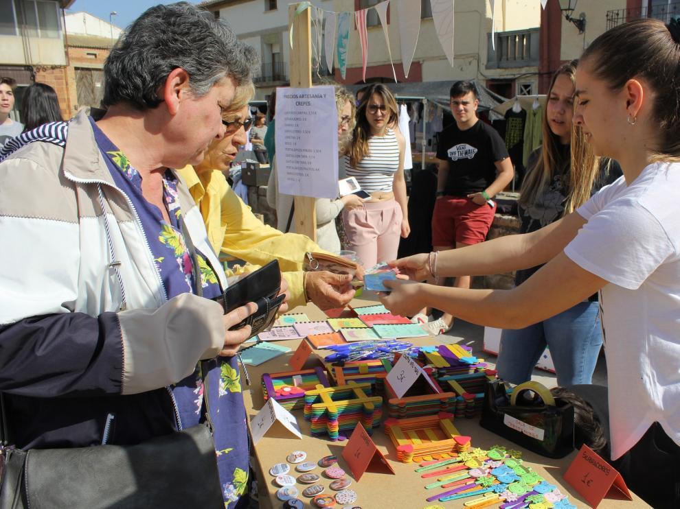 En el mercadillo además hay un puesto de creps y otro de artesanía, así como varias actividades lúdicas