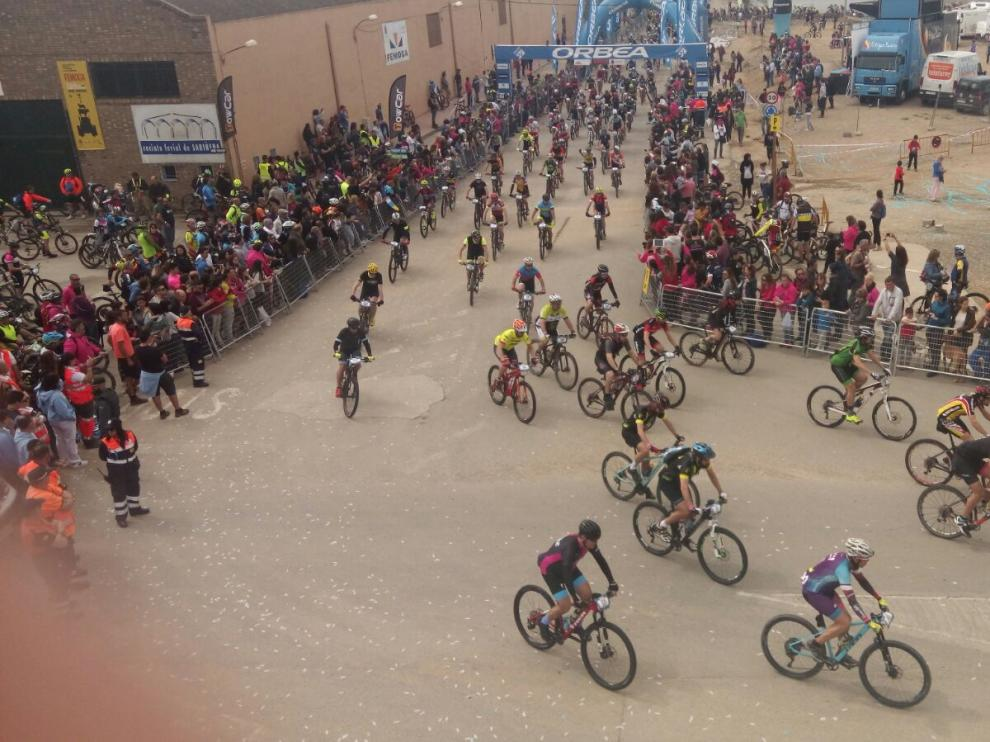 Hasta 8.000 ciclistas compiten en la gran Orbea Monegros