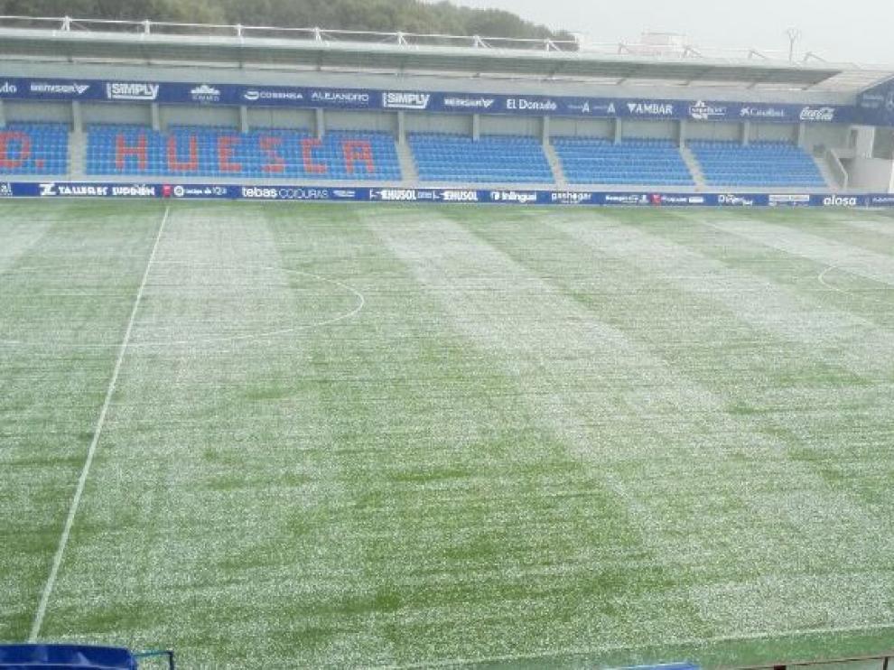 El Alcoraz, nada más caer la tormenta de granizo en la tarde de este sábado, hora y media antes del partido Huesca-Granada.
