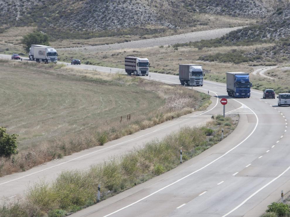 Vehículos pesados circulando por la N-II entre Alfajarín y Fraga.