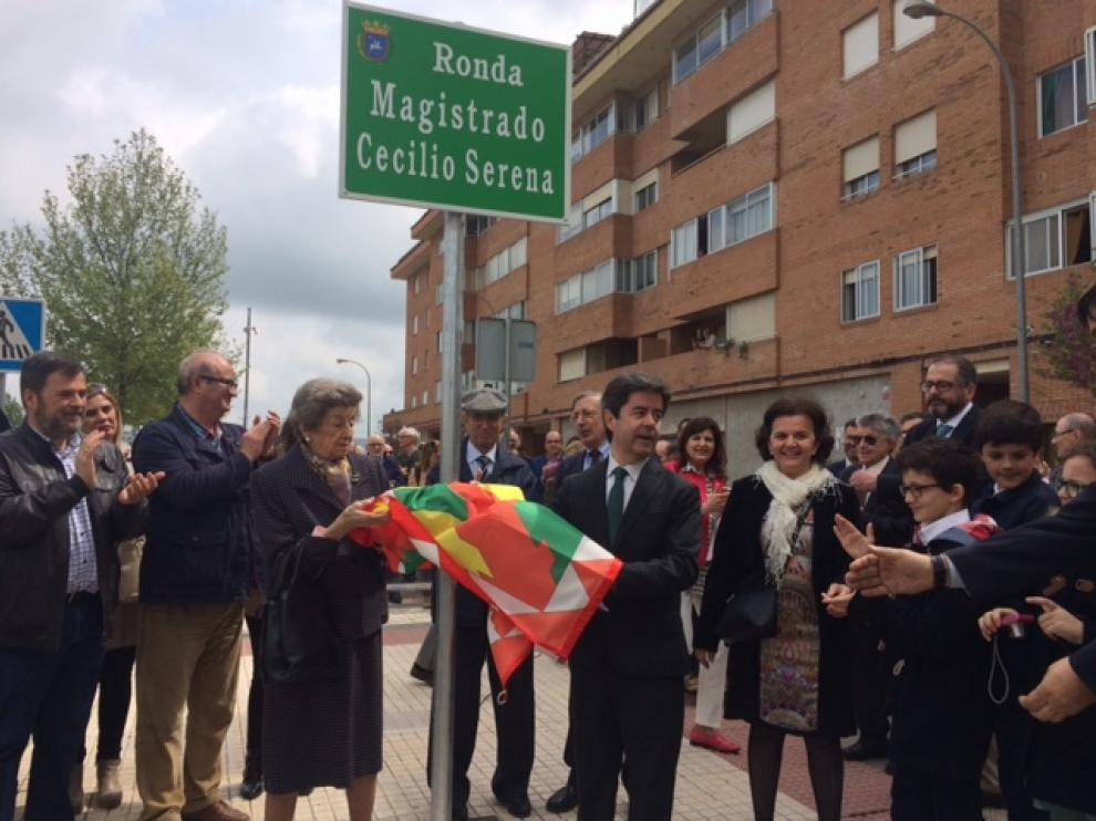 La viuda, María Angeles Puig, y el alcalde, Luis Felipe, descubren la placa