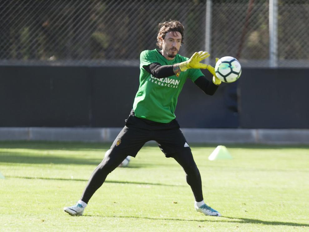 Cristian Álvarez ataja la pelota durante un entrenamiento.