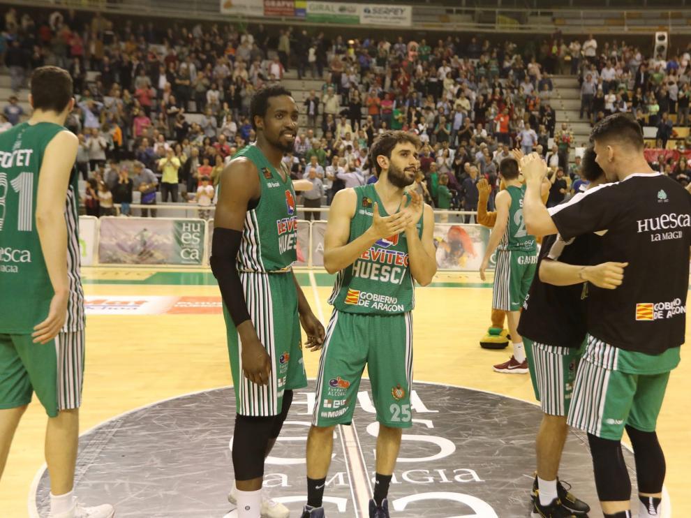 Los jugadores del Levitec Huesca celebran la victoria que les ha dado la permanencia.
