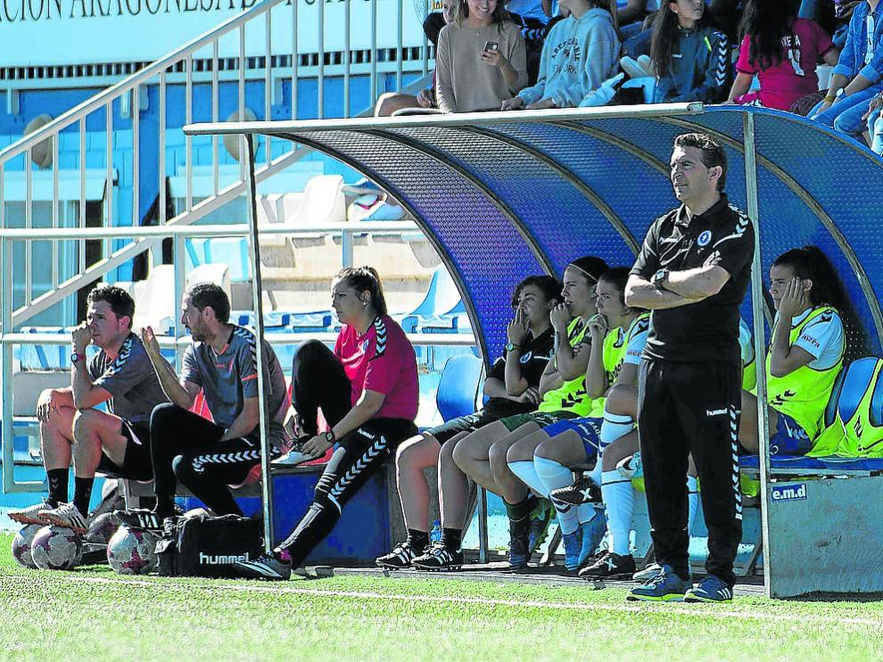 Alberto Berna, delante del banquillo, durante un partido en el Pedro Sancho.