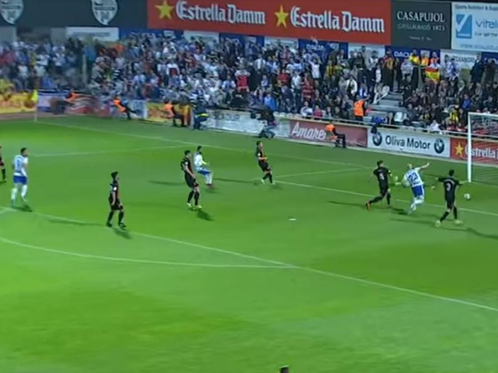 Momento en el que Toquero empuja a gol el balón repelido por el poste a disparo previo de Verdasca. Era el 0-1 en Reus este viernes.